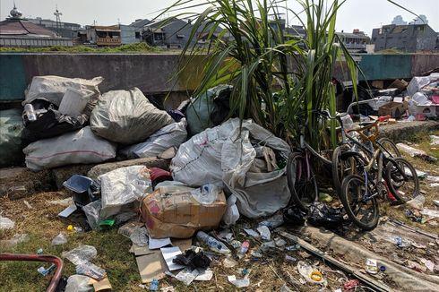 Sampah Menumpuk di Pinggir Jalan Danau Sunter Barat