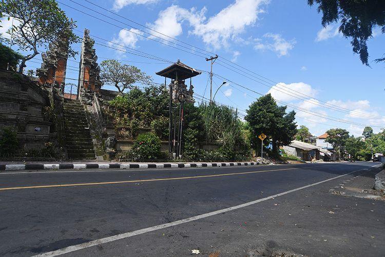 Suasana jalan protokol saat pelaksanaan Hari Raya Nyepi Caka 1942 di Gianyar, Bali, Rabu (25/3/2020). Pelaksanaan Nyepi tahun 2020 di Bali, selain untuk pelaksanaan Catur Beratha Penyepian atau empat pantangan bagi Umat Hindu juga ditargetkan dapat memutus penyebaran wabah COVID-19.