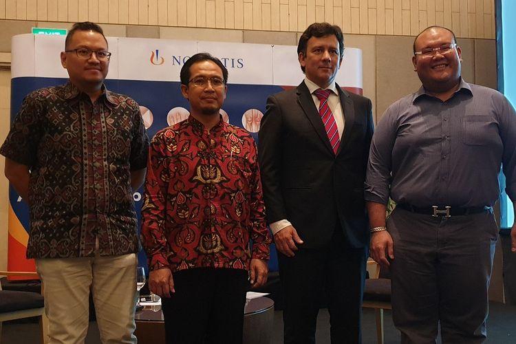 Kiri-kanan: dr. Adhiatma Prakasa Gunawan sebagai pasien Ankylosing Spondylitis (AS); DR. dr. Rudi Hidayat, SpPD-KR, dokter spesialis penyakit dalam, konsultan reumatologi; Jorge Wagner, Presiden Direktur, Novartis Indonesia; dan drg. Rio Suwandi sebagai pasien Psoriatic Arthritis (PsA) berfoto bersama dalam konferensi pers Inovasi Pengobatan untuk Ankylosing Spondylitis dan Psoriatic Arthritis di Indonesia.