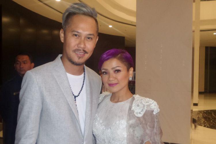Nirina Zubir dan suaminya, Ernest Syarif, menghadiri pergelaran Indonesian Movie Actors Awards 2017, yang diadakan di Plenary Hall MNC News Center, Jakarta Pusat, Kamis (18/5/2017) malam.