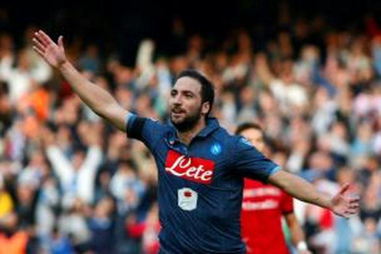 Selebrasi bomber Napoli, Gonzalo Higuain, seusai mencetak gol ke gawang Cagliari, pada pertandingan lanjutan Serie-A, Minggu (23/11/2014).