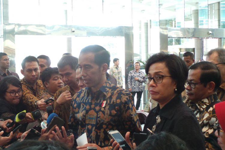 Presiden Republik Indonesia Joko Widodo bersama Menteri Keuangan Sri Mulyani seusai memberi pengarahan kepada pelaku usaha di Bursa Efek Indonesia, Jakarta Selatan, Selasa (4/7/2017).