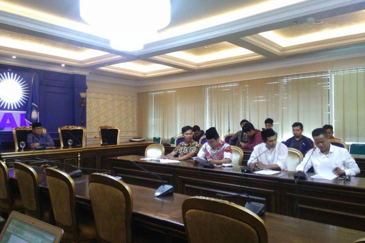 Koalisi masyarakat sipil mengadakan audiensi dengan Fraksi PAN DPR-RI untuk menyuarakan penolakan atas rencana pembangunan gedung baru serta kenaikan anggaran kunjungan kerja, Jakarta, Kamis (7/9/2017).