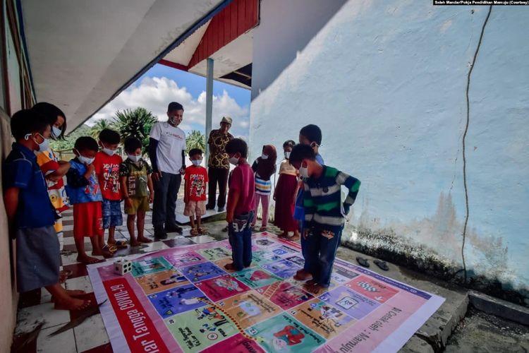 Salah satu materi pembejalaran yang dilakukan para relawan mengajar kampanye Taki Mi'guru adalah pemahaman tentang Covid-19 dengan permainan ular tangga, Senin, 15 Maret 2021.