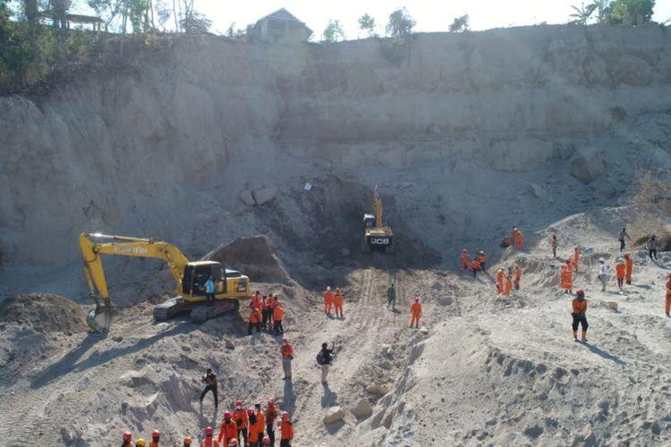 Tim SAR berhasil mengevakuasi tiga korban tertimbun longsor di Lombok Utara