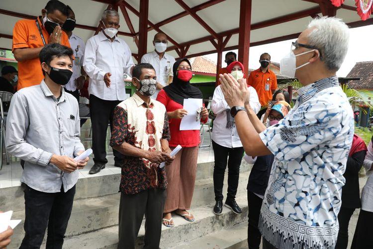 Gubernur Jawa Tengah (Jateng) Ganjar Pranowo saat berkunjung ke Desa Kotesan, Kecamatan Prambanan, Klaten, untuk melakukan pengecekan pembagian BST, Rabu (4/8/2021). .