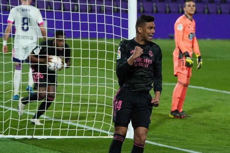 Gelandang Real Madrid Casemiro merayakan golnya ke gawang Real Valladolid pada laga pekan ke-24 Liga Spanyol 2020-2021 di Stadion Jose Zorilla, 20 Februari 2021.