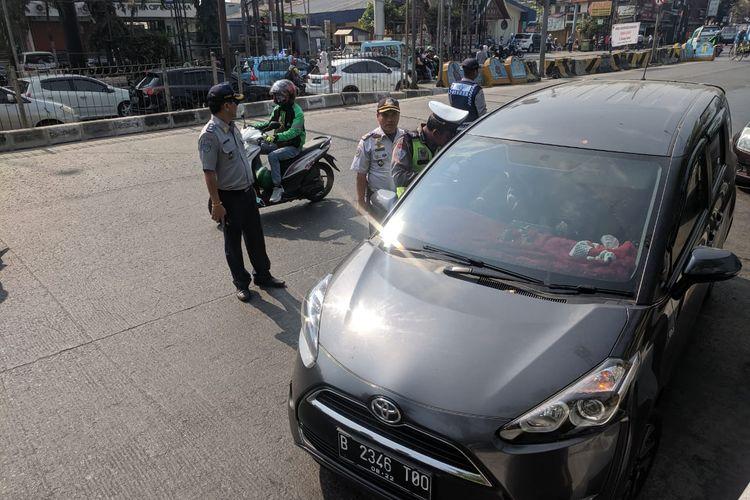 Penindakan pelanggar ganjil genap di Jalam Gunung Sahari, Jakarta Utaran pada Senin (9/8/2019)