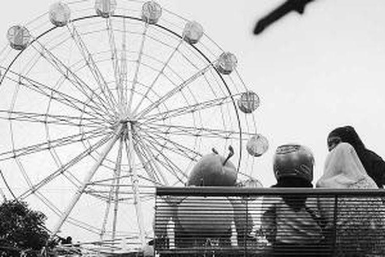 Alun-alun Kota Batu, Jawa Timur, Jumat (15/11/2013). Penataan yang baik dan penambahan arena bermain oleh Pemerintah Kota Batu membuat alun-alun menjadi sarana sosialisasi yang ramai dikunjungi warga, khususnya pada hari libur.