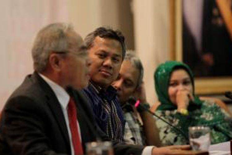 Bupati Kutai Timur, yang menjabat Ketua DPD Demokrat Kalimantan Timur dan Ketua Asosiasi Pemerintah Kota Kabupaten Seluruh Indonesia, Isran Noor (paling kiri) saat mengisi diskusi evaluasi kesiapan Pemilu 2014 di Kantor KPU, Jakarta, Kamis (20/12/2012).