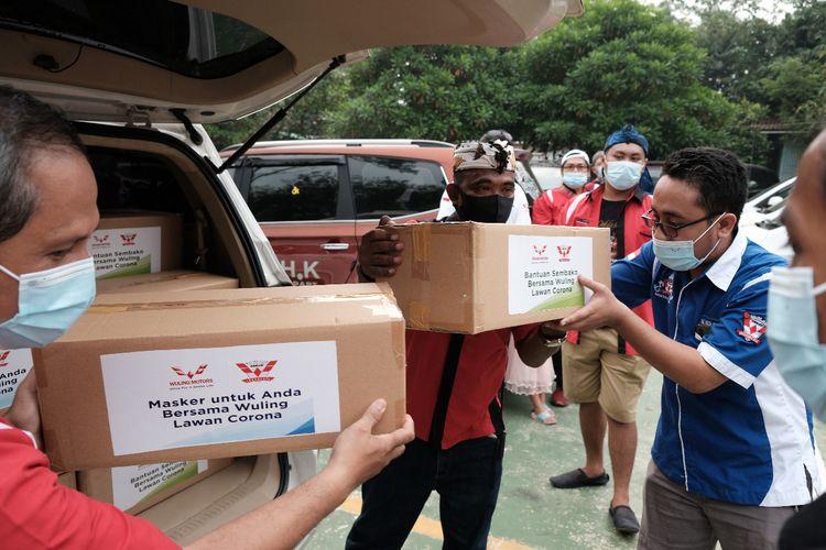 Komunitas Wuling (WLCI) membagi paket sembako dan masker, Senin (8/6/2020)
