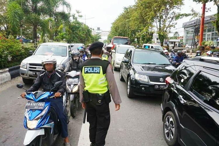 Kemacetan di pintu masuk Kota Banjarmasin saat PSBB hari pertama diberlakukan, Jumat (24/4/2020).