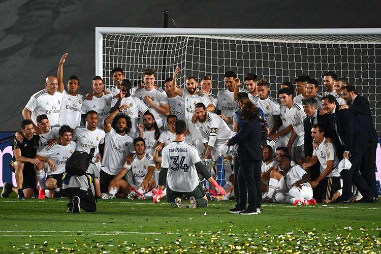 Para pemain Real Madrid merayakan keberhasilan menjadi juara Liga Spanyol setelah mengalahkan Villarreal 2-1 di Stadion Alfredo di Stefano, Valdebebas, pada Jumat (17/7/2020) dini hari WIB. Hasil ini menjadi trofi Liga Spanyol ke-34 Real Madrid dan yang ke-11 bagi Zinedine Zidane menangani Los Blancos, termasuk tiga gelar Liga Spanyol.