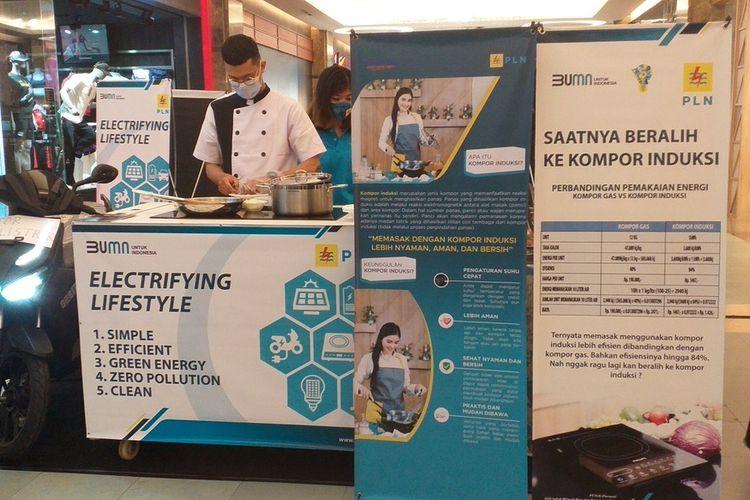 Juru masak Reyza Adrian Pratama memasak spageti dengan menggunakan kompor induksi saat sosialisasi penggunaan kompor induksi yang diadakan PLN UP3 Pekanbaru di Mal SKA Kota Pekanbaru, Riau, Minggu (25/10/2020) sore.