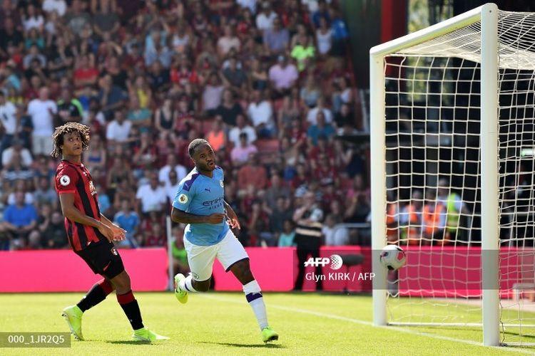 Pemain sayap Manchester City, Raheem Sterling (kanan), berselebrasi seusai mencetak gol kedua timnya ke gawang Bournemouth, di Stadion Dean Court, Minggu (25/8/2019).