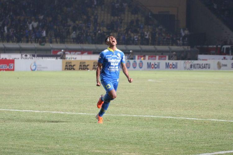 Febri Hariyadi merayakan golnya pada pertandingan Persib Bandung vs Kalteng Putra dalam lanjutan Liga 1 2019 di Stadion Si Jalak Harupat, 16 Juli 2019.