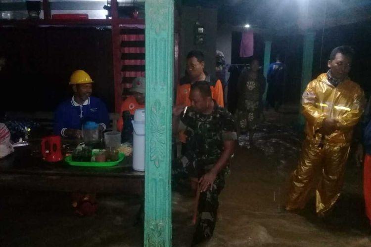 Banjir menggenangi permukiman warga di Grumbul Karet, Kelurahan/Kecamatan Sumpiuh, Kabupaten Banyumas, Jawa Tengah, Rabu (4/3/2020) malam.