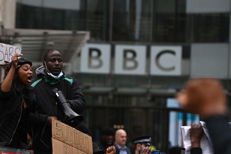 Para demonstran Nigeria meneriakkan yel-yel saat berdemo menentang kebrutalan polisi Nigeria, di luar kantor BBC di London, Sabtu (24/10/2020).