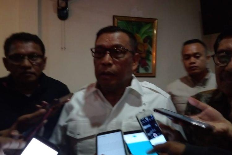 Gubernur Maluku terpilih Murad Ismail didampingi mantan wakil gubernur Maluku Zeth Sahuburua (kanan) dan Ketua DPD PDI-Perjuangan Maluku Edwin Huwae saat memberikan keterangan kepada wartawan di Ambon, Senin malam (25/3/2019)