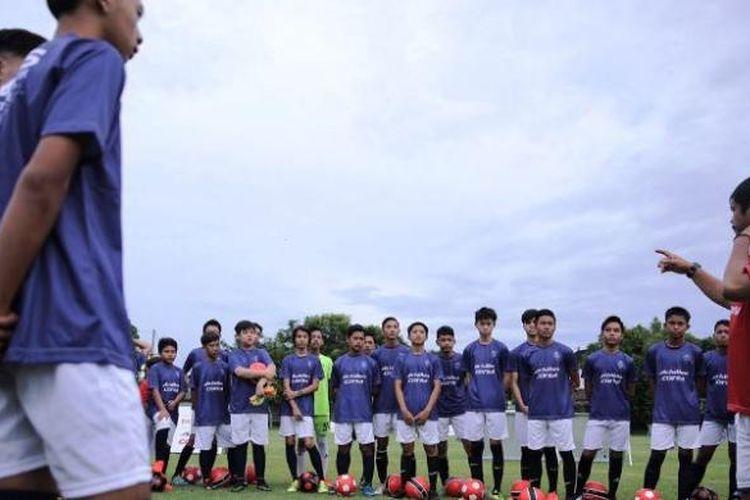 Pelatih Indra Sjafri memimpin latihan di Paris Saint-Germain (PSG) Academy Bali pada Sabtu (28/1/2017).