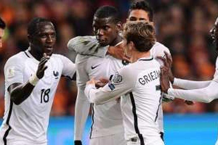 Para pemain Perancis merayakan gol yang dicetak Paul Pogba (tengah) ke gawang Belanda dalam laga Kualifikasi Piala Dunia 2018 di Amsterdam Arena, Amsterdam, 10 Oktober 2016.