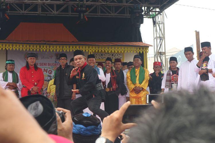 Salah satu jurus silat yang diperagakan Jawara di acara Galeri Seni Budaya Kampung Silat Rawa Belong, Jakarta, Sabtu (12/10/2019).