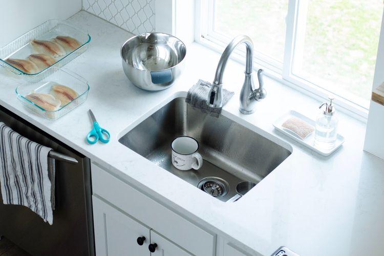 Ilustrasi wastafel dapur berbahan stainless steel.