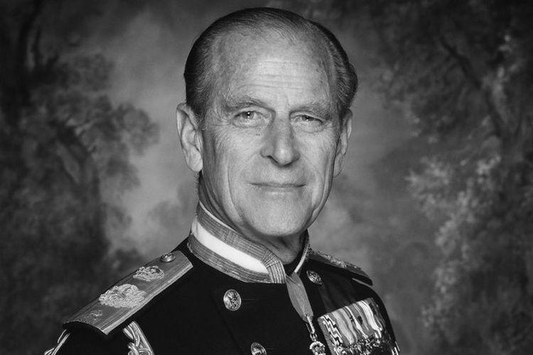 Foto Pangeran Philip saat masih muda dengan mengenakan seragam militer.