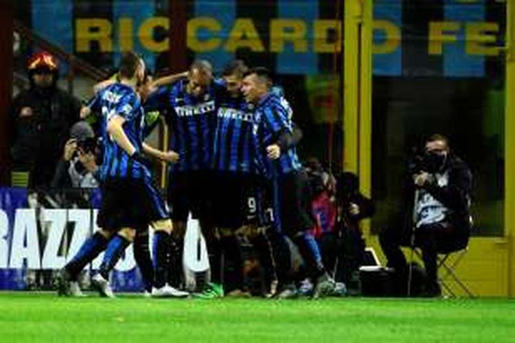 Para pemain Inter Milan merayakan gol Mauro Icardi ke gawang Chievo Verona pada lanjutan Serie A di Stadion Giuseppe Meazza, Rabu (3/2/2016).