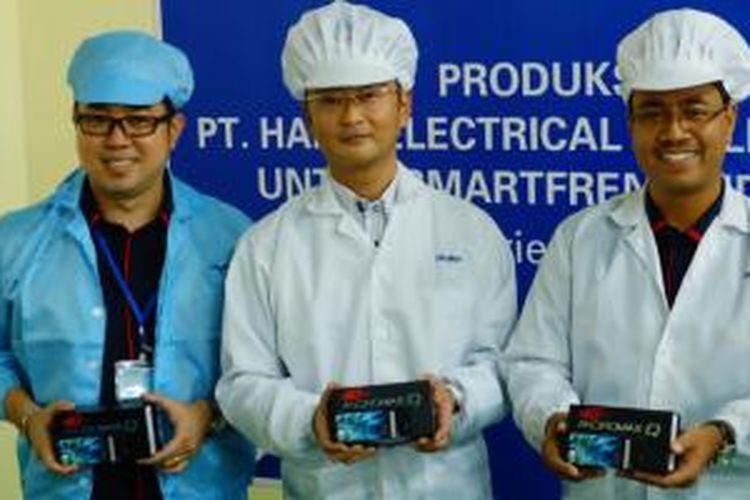 (ki-ka) Kepala Marketing dan Strategi Korporat Smartfren Telecom Ricardo Saputra, Direktur Haier Indonesia Shinici Nakase, dan Kepala Divisi Smartphone Smartfren Telecom Sukaca Purwokardjono