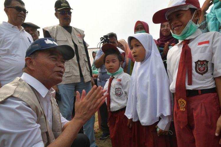 Mendikbud Muhadjir Effendy saat berkunjung ke Kampung Segeram, Desa Sedanau, Kecamatan Bunguran Barat, Kabupaten Natuna, Kepulauan Riau, Kamis (19/9/2019).