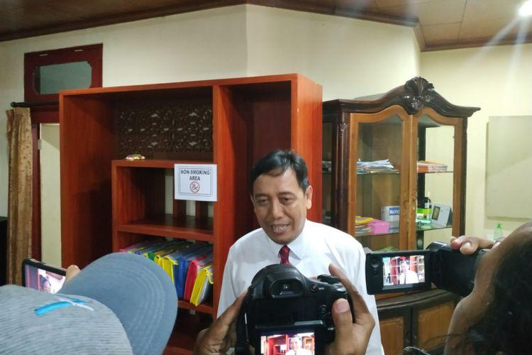 Koordinator Divisi hukum, data dan informasi Bawaslu Bali I Dewa Kade Wiarsa Raka Sandi saat memberikan keterangan pers di Denpasar, Senin (19/2/2019)