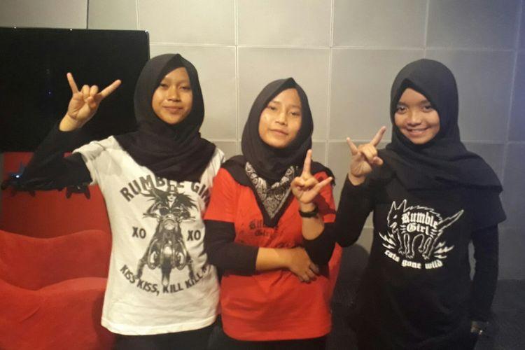 Voice of Baceprot (VoB), band hijab beraliran metal asal Garut saat ditemui di @america, Pacific Place Mall, Jakarta Selatan, Sabtu (19/8/2017).