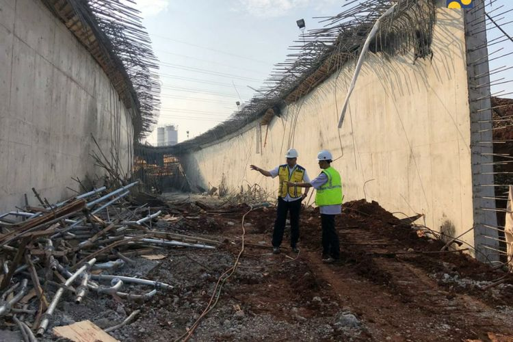 Base form sisi Barat proyek Tol Depok-Antasari mengalami penurunan pada Selasa (8/10/2019). Kementerian PUPR telah meninjau lokasi dan merekomendasikan BUJT mengentikan sementara pengerjaan box traffic.