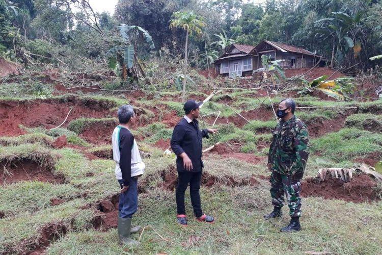 Fenomena tanah bergerak di Dusun Pesimpar RT 5, RW 04, Desa Grenggeng, Kecamatan Karanganyar, Kabupaten Kebumen, Jawa Tengah.