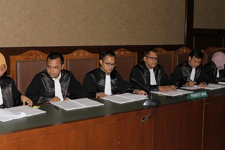 Jaksa Penuntut Umum (JPU) saat sidang perdana kasus dugaan korupsi pengadaan paket penerapan e-KTP di Pengadilan Tipikor, Jakarta, Kamis (9/3/2017). KPK menduga ada perbuatan melawan hukum dan atau penyalahgunaan wewenang yang mengakibatkan kerugian negara terkait pengadaan proyek KTP elektronik dengan potensi kerugian negara mencapai Rp 2,3 Triliun.
