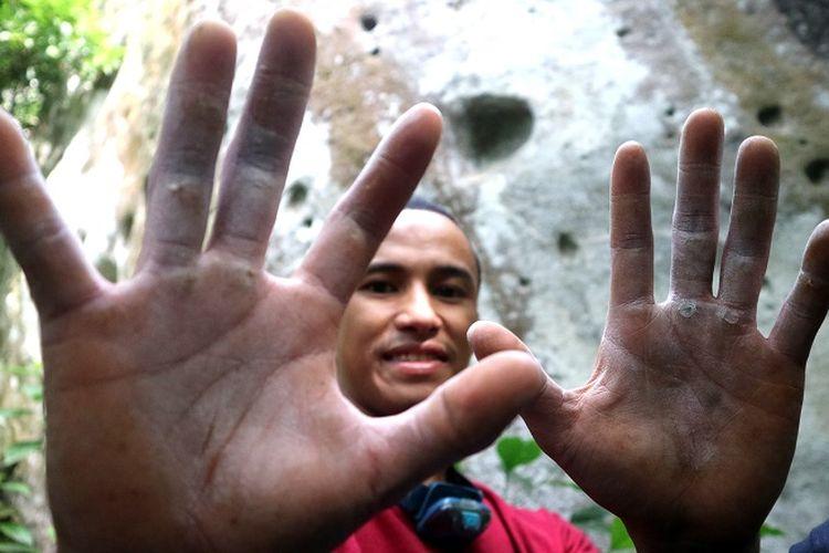 Anggota organisasi Mahasiswa Pencinta Alam Universitas Indonesia (Mapala UI) menunjukkan tangan setelah memanjat Gunung Bongkok, Desa Sukamulya, Kecamatan Tegal Waru, Kabupaten Purwakarta, Jawa Barat, Minggu (14/4/2019). Panjat tebing adalah kegiatan yang mengandalkan tangan dan kaki untuk menambah ketinggian.