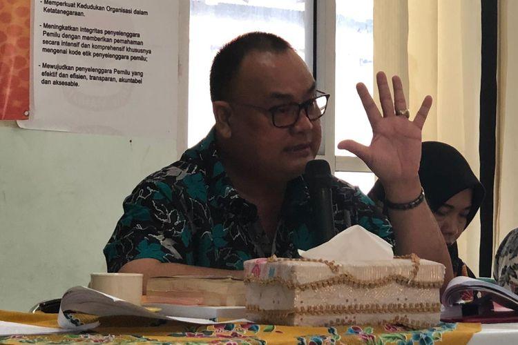 Ketua KPU kota Palembang Eftiyani saat memberikan keterangan pers terkait penetapan tersangka terhadap dirinya bersama lima orang komisioner yang lain, Minggu (16/6/2019).