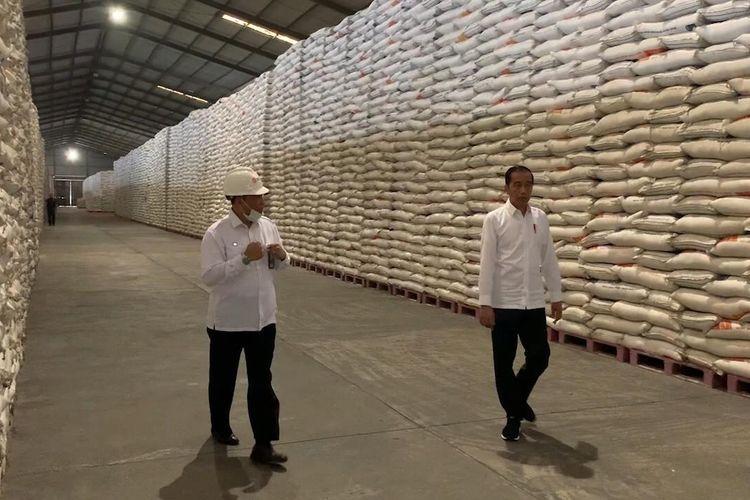 Di luar agenda resmi yang telah dijadwalkan, Presiden Joko Widodo mendadak meninjau Gudang Bulog di Kelapa Gading, Rabu (18/3/2020) pagi, untuk memastikan ketersediaan beras.