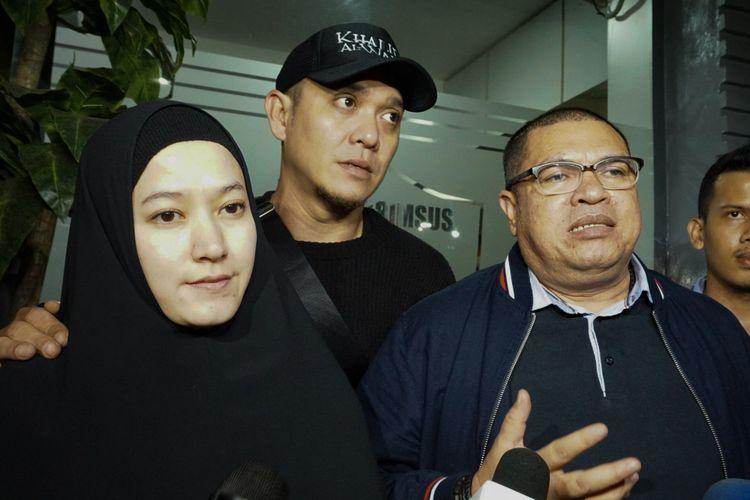 Artis Lyra Virna bersama sang suami Fadlan dan kuasa hukumnya Razman Arif Nasution usai menjalani pemeriksaan di Direktorat Reserse Kriminal Khusus, Polda Metro Jaya, Kamis (22/3/2018).