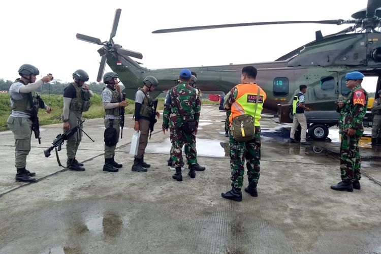 Personel Brimob tengah bersiap menaiki Helikopter Caracal milik TNI AU untuk melakukan pencarian di wilayah Distrik Jila, Kamis (19/9/2019)