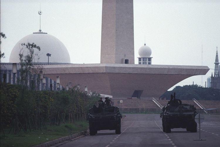 Kendaraan tempur milik TNI terlihat berjaga di Lapangan Monumen Nasional pada 20 Mei 1998, menjelang jatuhnya Soeharto.