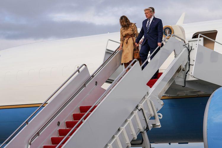 Presiden Amerika Serikat Donald Trump bersama Ibu Negara Melania Trump dan anak mereka, Barron, turun dari Air Force One di Pangkalan Gabungan Andrews, Maryland, Amerika Serikat, Minggu (16/8/2020).