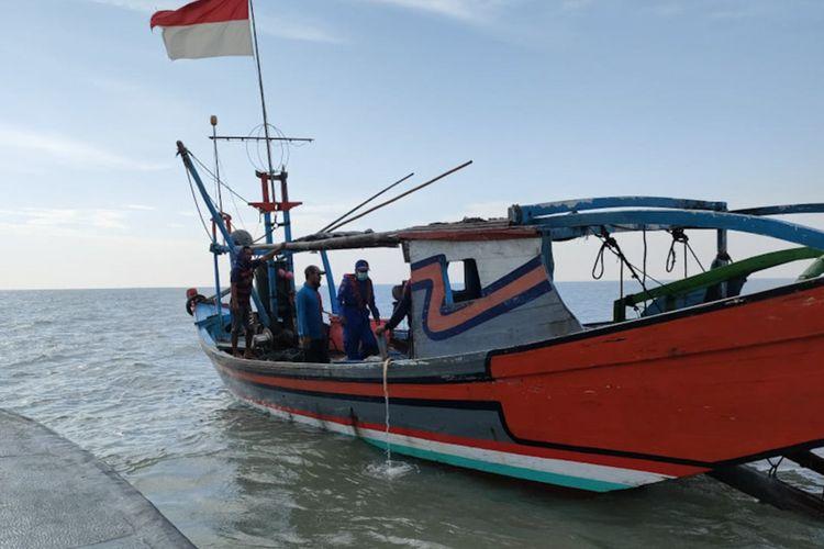 Satpolairud Polres Gresik ketika mengamankan nelayan, yang kedapatan menggunakan jaring trawl untuk menangkap ikan.
