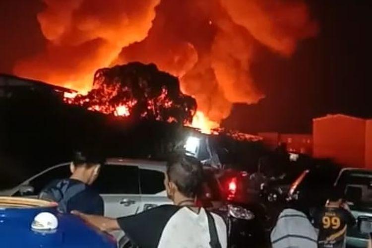 Kobaran api terlihat di Jalan Kapuk Muara RT 05 RW 04 Penjaringan, Jakarta Utara pada Sabtu (8/5/2021) malam.