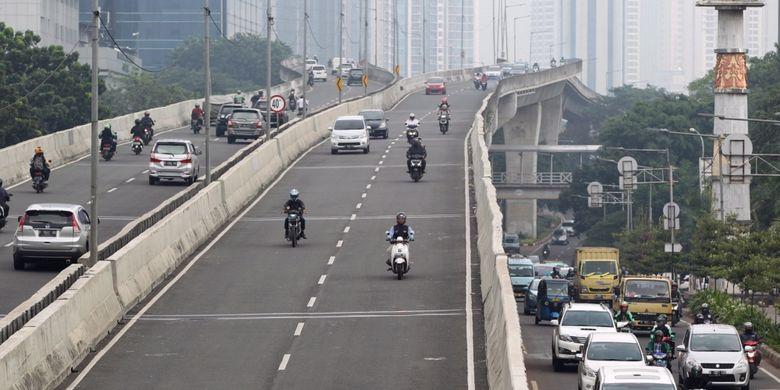 Sejumlah sepeda motor nekat menerobos ke jalan layang non tol (JLNT) Kampung Melayu-Tanah Abang, Jakarta, Senin (24/7/2017). Dinas Perhubungan DKI Jakarta bekerja sama dengan Korps Lalu Lintas (Korlantas) Polri telah melakukan razia untuk menertibkan pengendara sepeda motor yang melintas di JLNT tersebut.