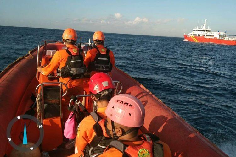 Proses pencarian penumpang KMP Yunicee di perairan Pelabuhan Gilimanuk Bali