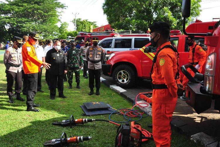 Wakil Gubernur Gorontalo Idris Rahim (kiri, tengah), mengecek kesiapan sarana prasarana kebencanaan pada apel gelar kesiapsiagaan bencana di halaman Mapolda Gorontalo beberapa waktu lalu.