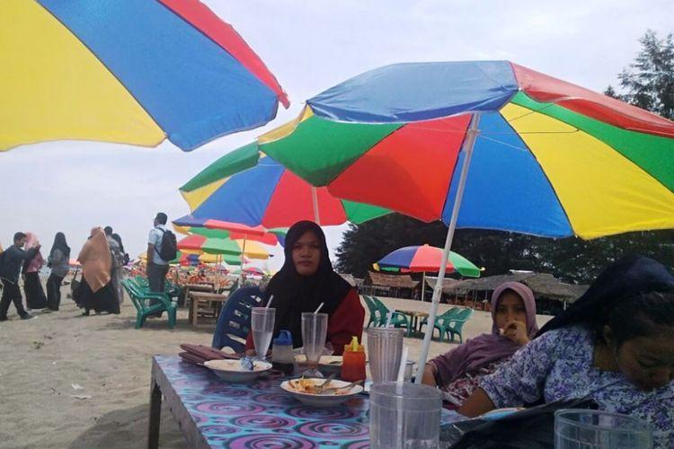 Saat Pantai Kuala Jangka Bireuen Dihiasi Payung Warna Warni