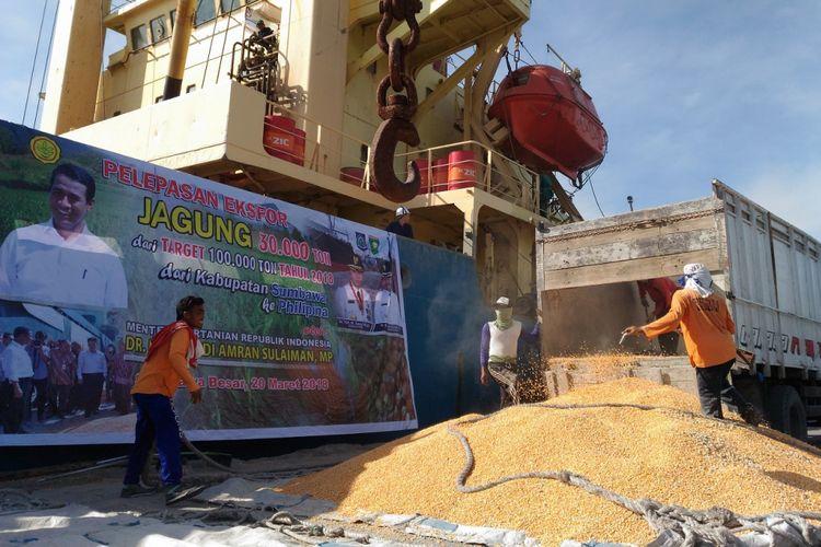 Pemerintah melepas ekspor jagung asal Sumbawa, NTB ke Filipina dari Pelabuhan Sumbawa Besar, NTB, Selasa (20/3/2018)
